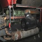 Aanzicht van de Mercedes Benz motor met het luchtfilter